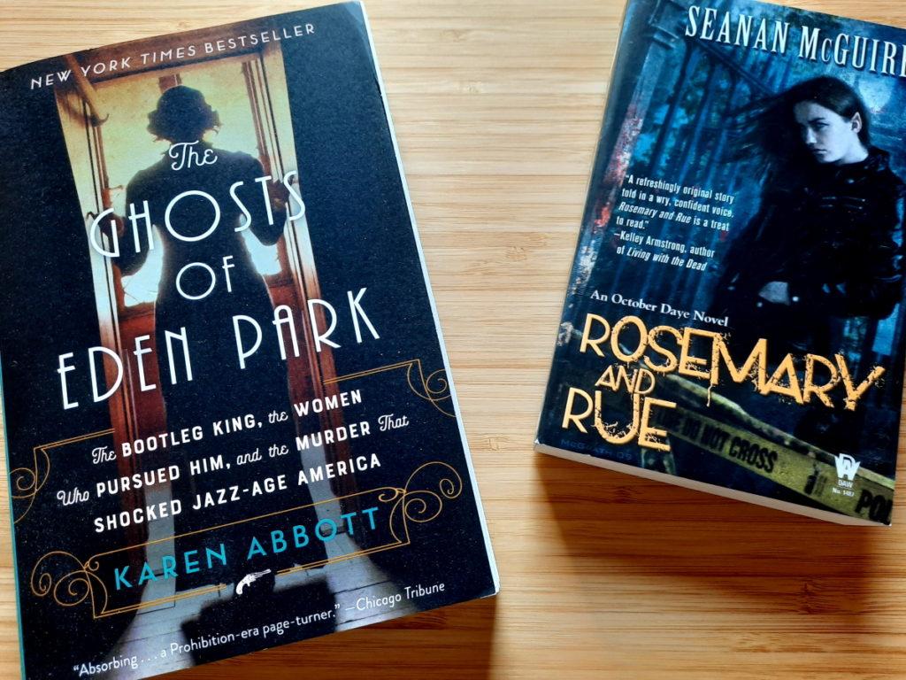 Ein Foto der beiden Bücher The Ghosts of Eden Park und Rosemary and Rue