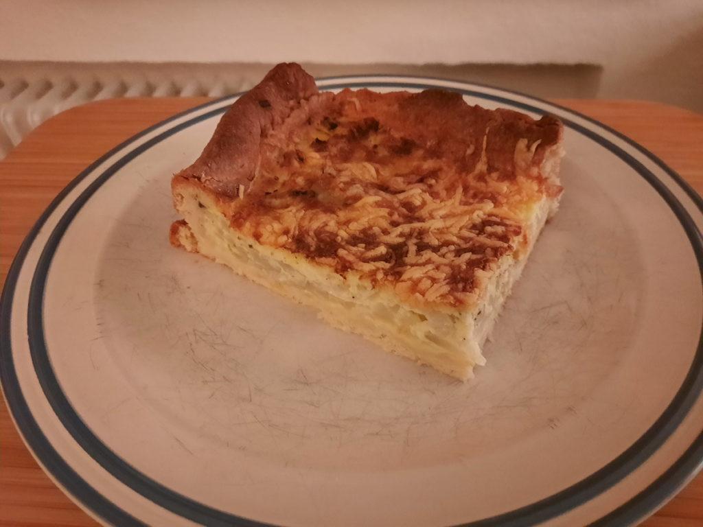 Ein Teller mit einem Stück Zwiebelkuchen