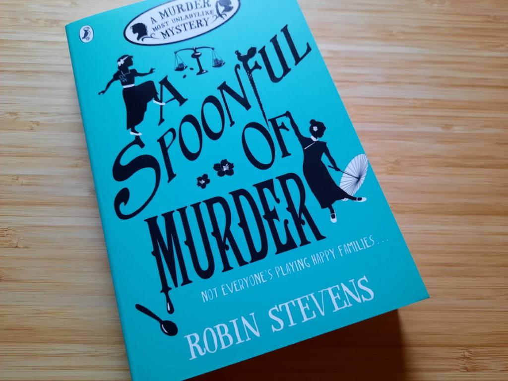 """Das Foto zeigt die Taschenbuch-Ausgabe von """"A Spoonful of Murder"""" von Robin Stevens"""