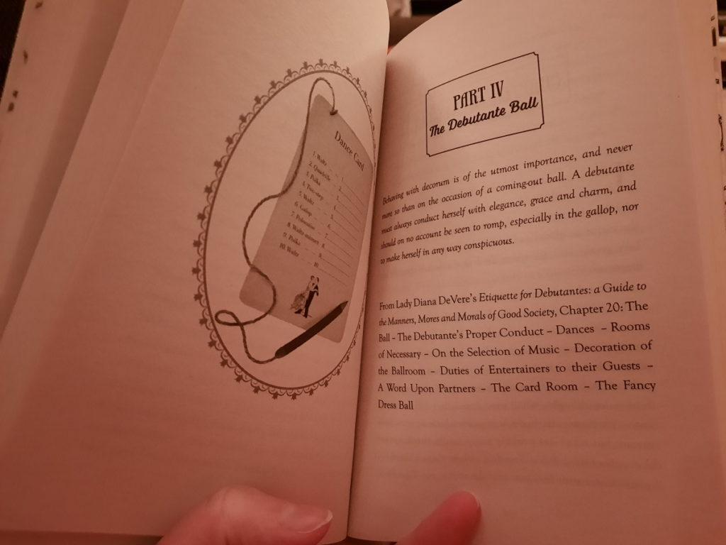 Das Foto zeigt ein aufgeschlagenes Buch. Auf der linken Seite ist eine Zeichnung von einer Tanzkarte mit angehängtem Bleistift zu sehen, auf der anderen Seite gibt es einen kurzer Ausschnitt aus einem Benimmbuch für Debütantinnen zum Thema Bälle zu lesen.