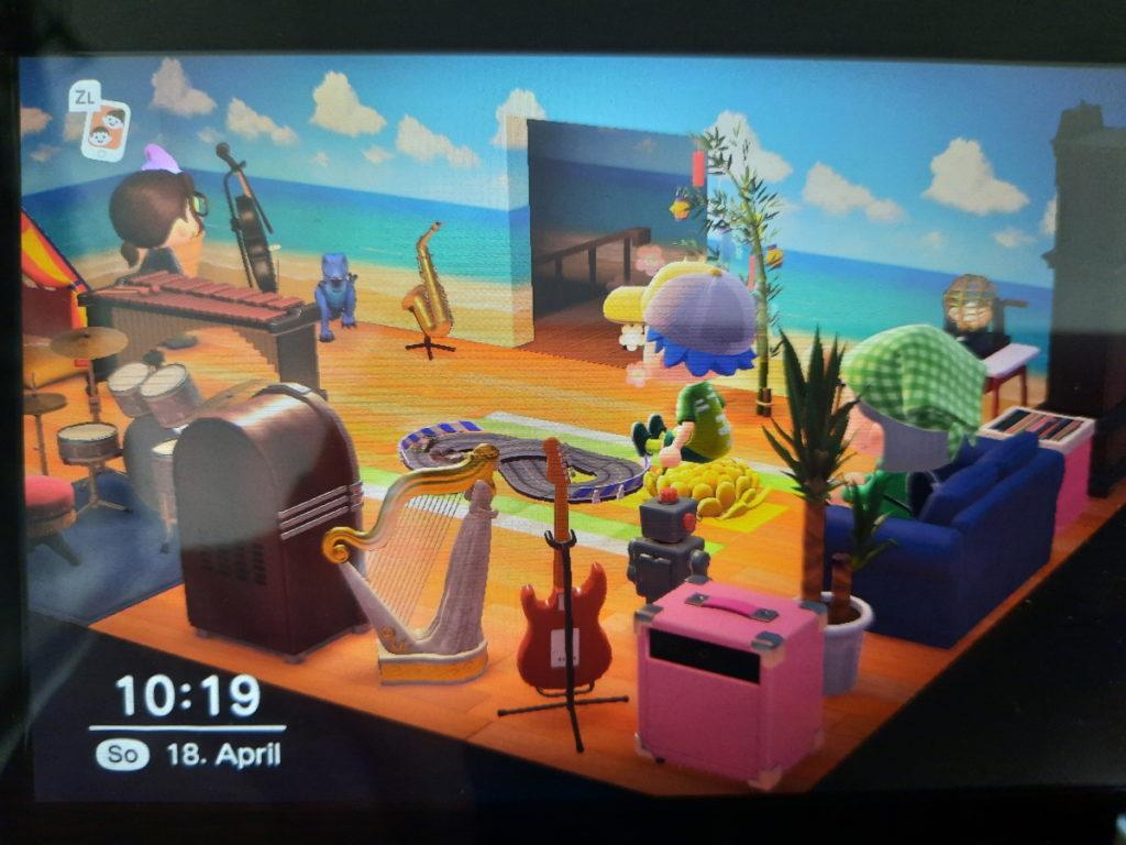 Ein Animal-Crossing-Screenshot, bei dem man drei Spielfiguren, in einem sehr vollgestellten Raum voller Musikinstrumente und Spielzeug sehen kann.