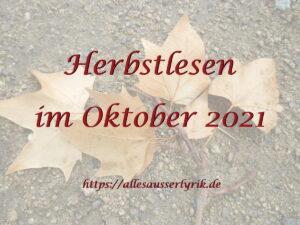 """Logo mit dem Text """"Herbstlesen im Oktober 2021"""" vor einem Hintergrund, der trockene Herbstblätter auf einem Asphaltboden zeigt."""