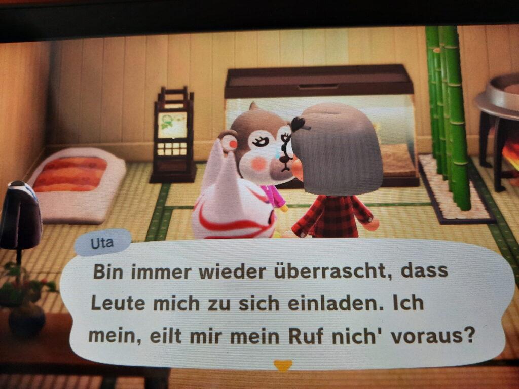 """Animal-Crossing-Screenshot mit drei Charakteren (meine Figur, der Kater Kabuki und die Affendame Uta) in einem traditionell japanisch wirkenden Haus und Uta sagt """"Ich bin immer wieder überrascht, dass Leute mich zu sich einladen. Ich mein, eilt mir mein Ruf nich' voraus?""""."""