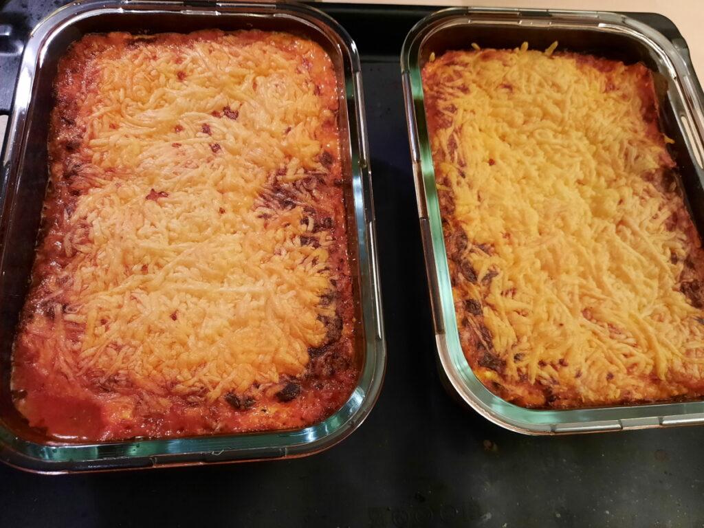 Zwei kleine Auflaufformen mit Lasagne.