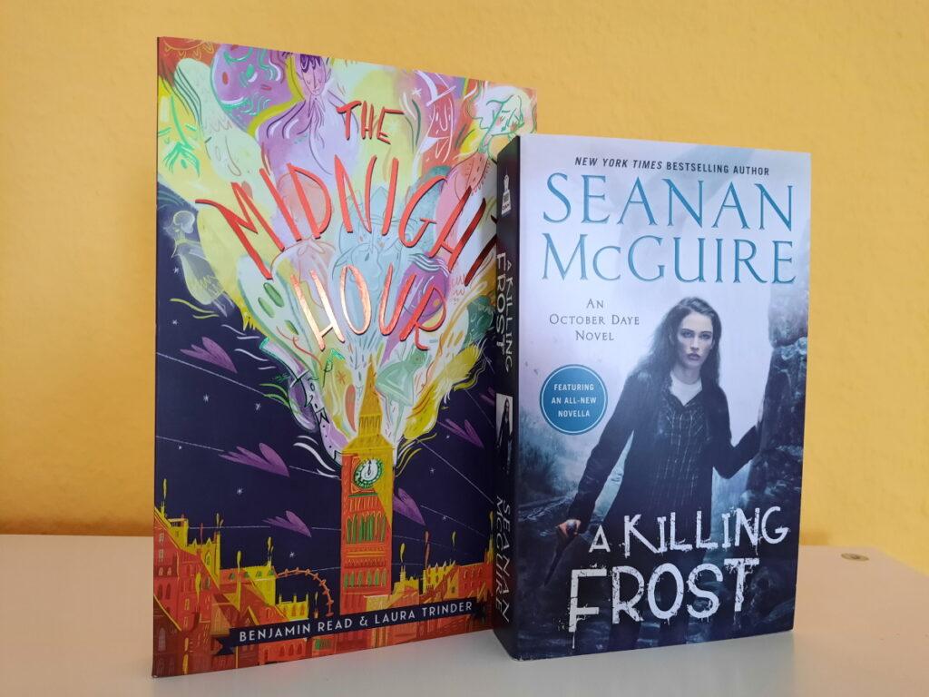 """Die Taschenbuchausgaben von """"The Midnight Hour"""" und """"A Killing Frost"""" mit dem Cover zum Betrachter aufgestellt."""